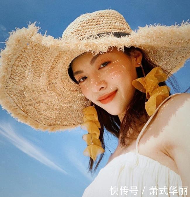 <b>钟楚曦游玩照,度假风清爽又精致,网友:这位姐时尚感是真的好!</b>