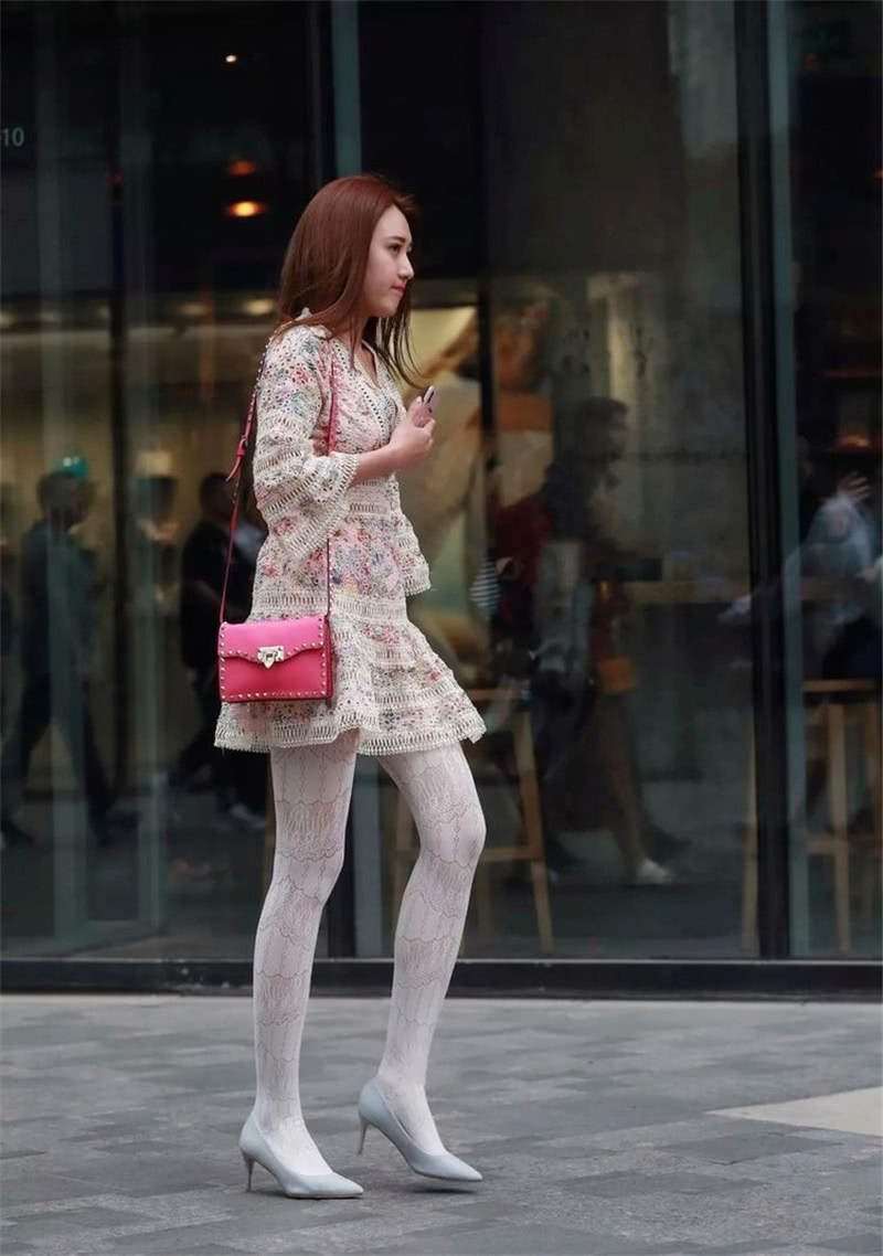 """路人街拍:背""""粉红色""""包包的小姐姐,搭配小白袜很养眼!"""