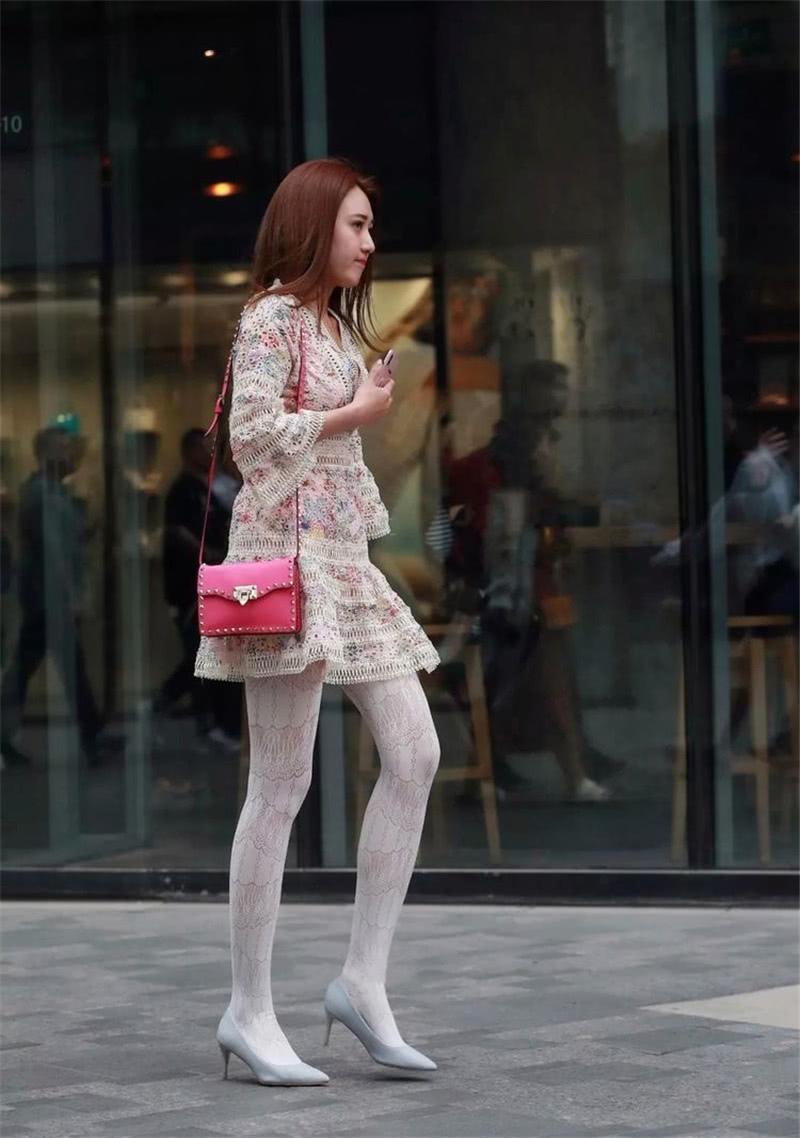 "<b>路人街拍:背""粉红色""包包的小姐姐,搭配小白袜很养眼!</b>"