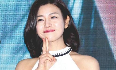 陈妍希的皮肤保持得非常细腻,嘴唇也是非常健康的血色,她每次笑起来的