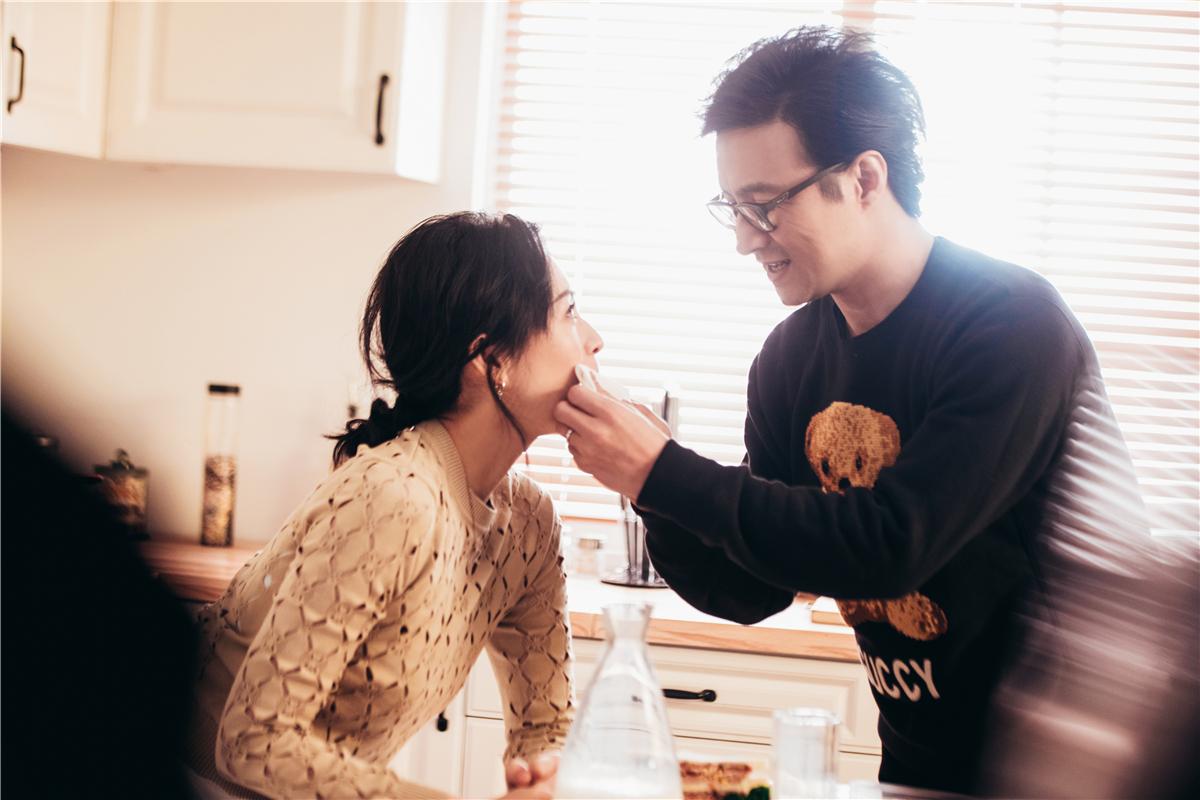 《妻子2》章子怡汪峰视频连线超甜蜜 撒娇唱歌飞吻撒糖不停