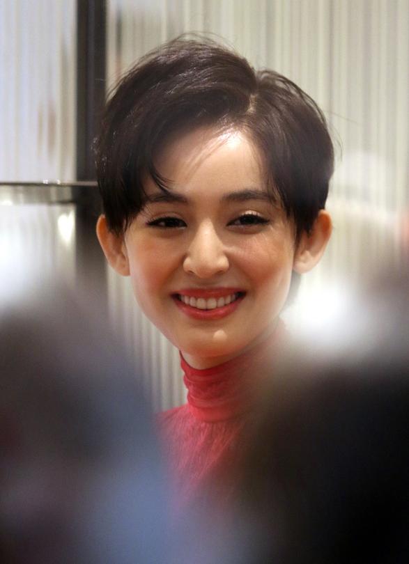 古力娜扎一身红装出席某活动,少女范爆棚,拍照时还不忘嘟嘴扮可爱.