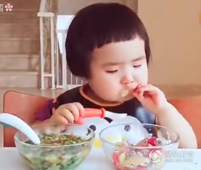 吃货的正确打开方式!来看1岁半宝宝直播吃饭