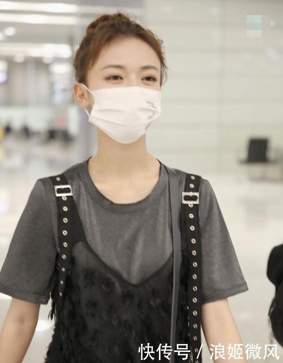 吴谨言身穿灰色T恤外搭黑色羽毛薄纱长裙 气质和魅力展现到极致插图(5)