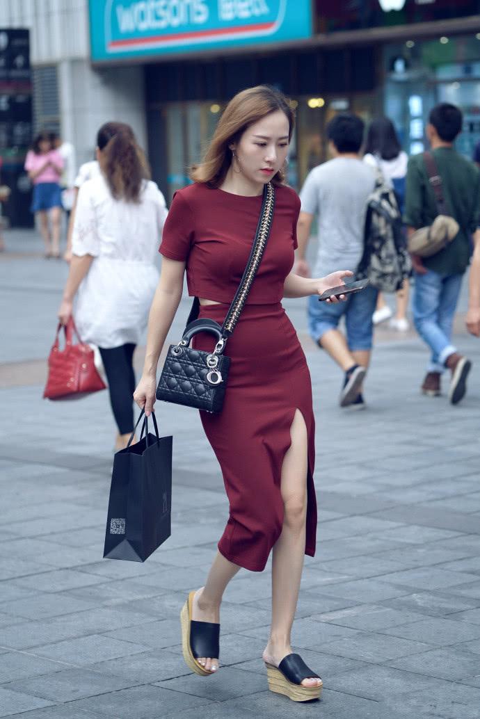 路人街拍:辣妈们的出门装带有优雅的知性魅力,美成靓丽的风景线