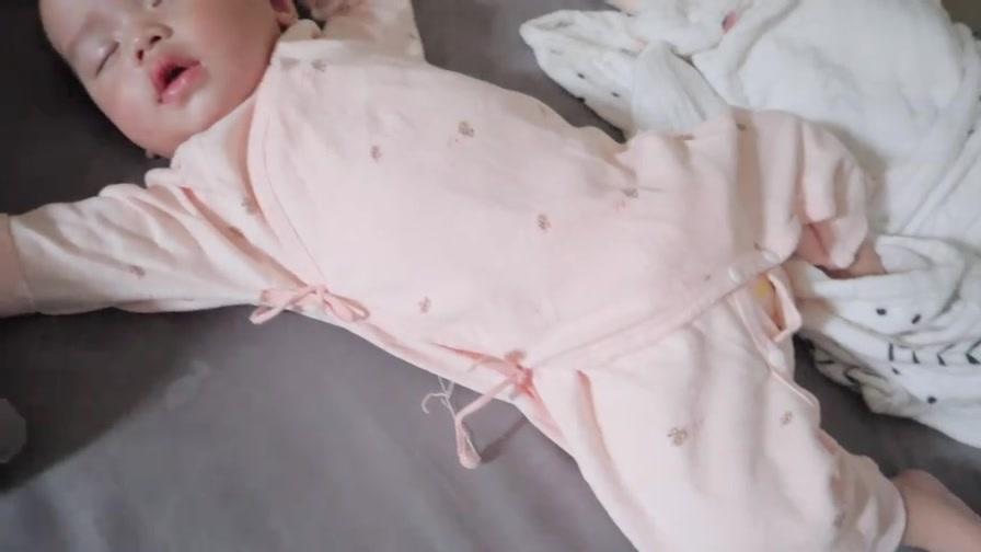 睡觉姿势好可爱,是不是每个可爱的宝宝都有这个睡姿