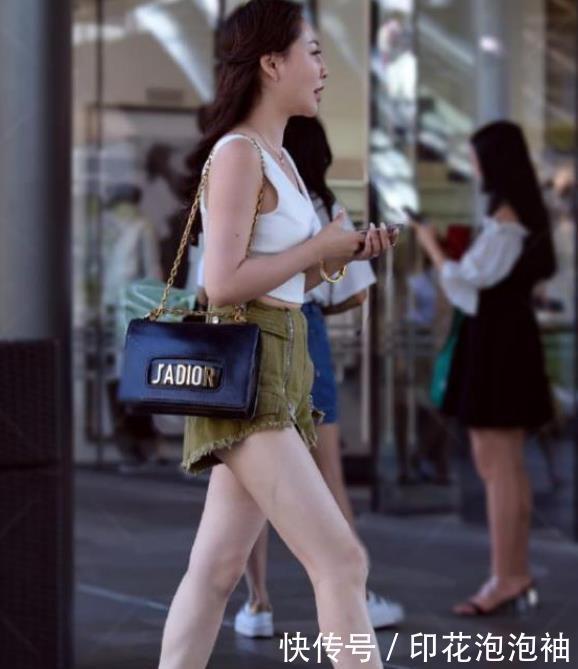 街拍:小姐姐灰色的阔腿裤,搭配上黑色的印花短衬衫,潮范十足