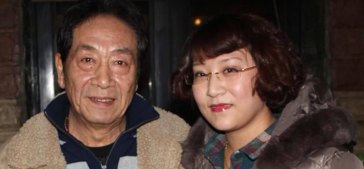 73岁王奎荣近照,小37岁貌美妻子,网友:竟是熟悉的她