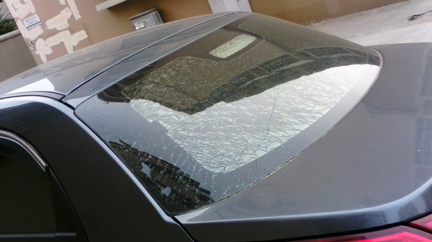 奇瑞新风云二后挡风玻璃自然粉碎性破碎