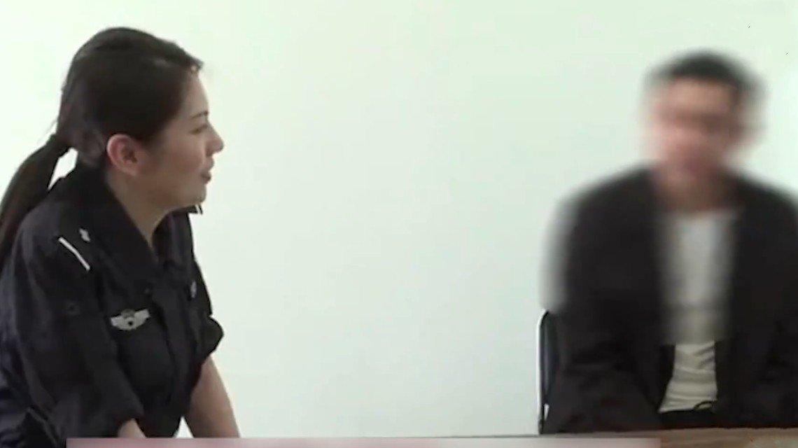 女警抓捕现场发现嫌疑人是老同学,两人的对话令人唏嘘