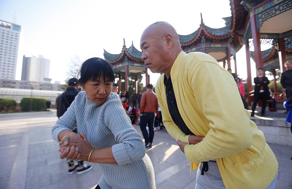 """郑州大爷大妈""""尬舞""""走红 众多市民慕名围观 - 周公乐 - xinhua8848 的博客"""