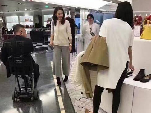 46岁黎姿巴黎逛街富豪老公坐轮椅相陪显恩爱