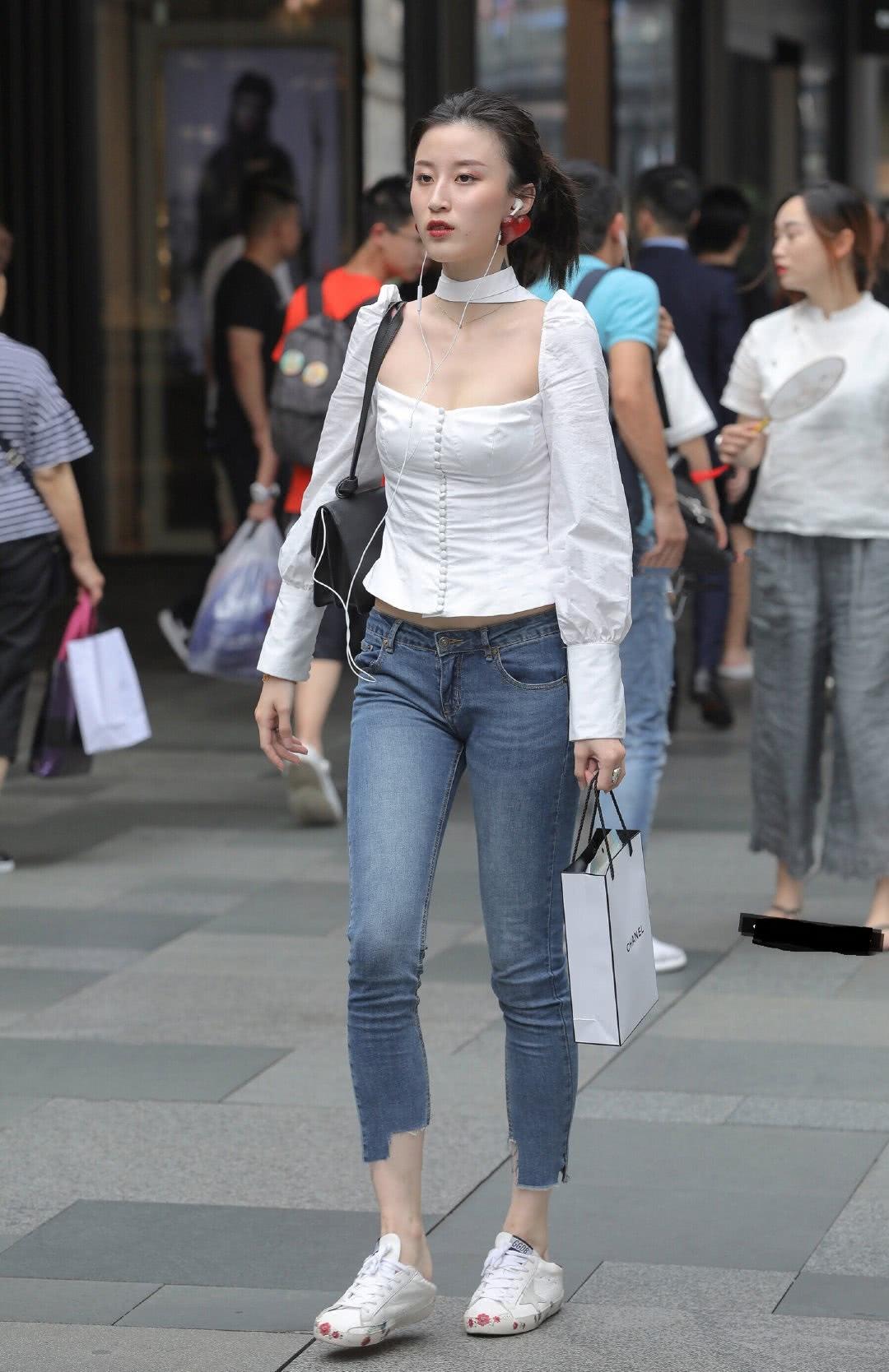 """<b>路人街拍:今年很火的""""宫廷风""""衬衫,高级时尚的极简风!</b>"""