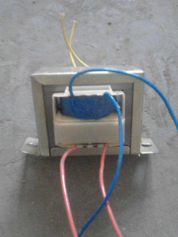 用万用表怎么测输出电流   估计你的负载工作时电流大小,然后选择