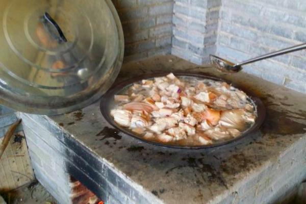 农村的土灶有讲究,不一样的柴火做不同的饭图片