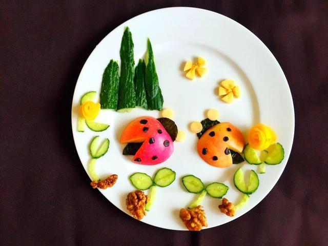 上午点心:水果拼盘 步骤:将苹果,香蕉,火龙果等洗好,放入餐盘.