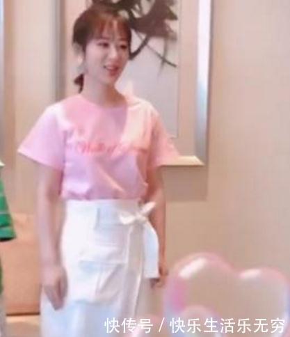杨紫穿开叉裙接受采访,有谁看到李现小动作,素质装不来